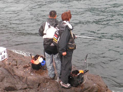 仲良く3人並んで観音釣りです^^