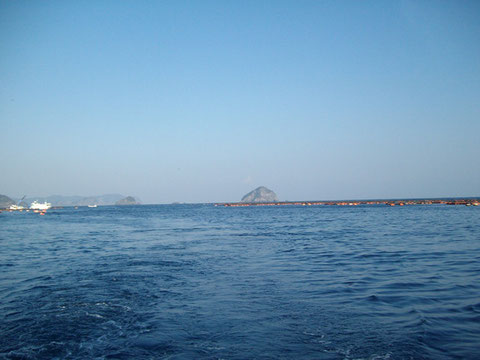 夜が明けると、快晴の空です。遠くに見える沖黒