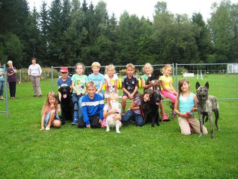 """Keine Berührungsängste hatten die Kinder im Spiel mit den Hunden der """"raindogs"""" Foto: Reil"""