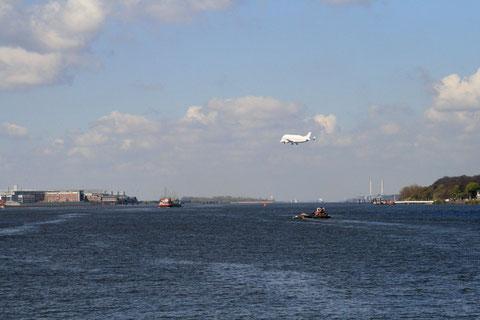 Super Guppy über der Elbe bei Finkenwerder