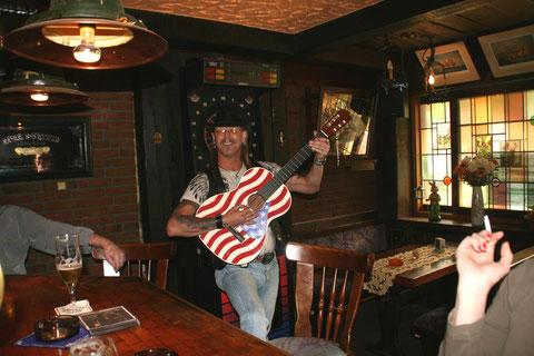 Bibi mit Gitarre im Störtebeker