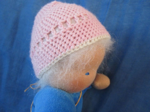 Auf Wunsch der Mutter der zukünftigen kleinen Puppenmama wurde Finn noch mit einer feinen rosa-weißen Wollmütze ausgestattet