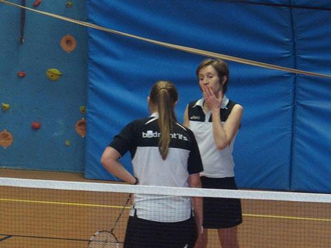 Isaline et Coralie, qui remportent leur double en deux sets