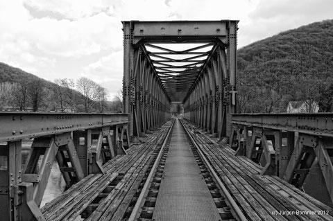 Die Eisenbahnbrücke der ehemaligen VEV über die Weser bei Bodenwerder/Kemnade.