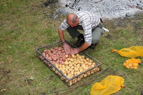 Die Kartoffeln werden vorbereitet.