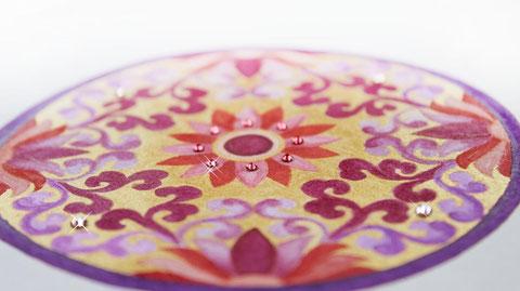 Aquarellfarben, goldene Tusche und Swarovski-Kristalle