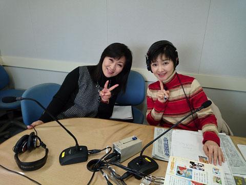 放送後の島津悦子さんと久保千浪パーソナリティ。
