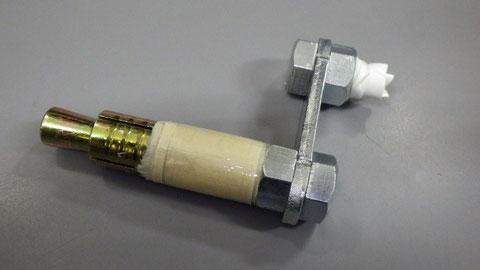 反対側のネジの直径をビニールテープなどで増し、3つ目のユニット完成。これを2つ目のユニット(チューブ)としっかりつなげる