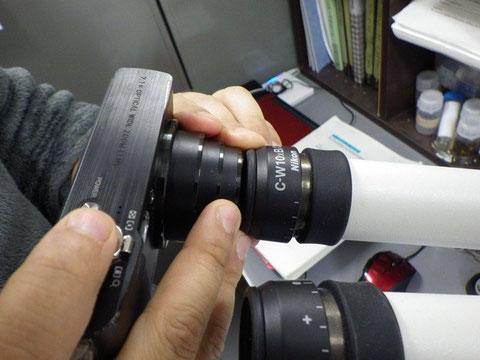 ちょっとだけ隙間をあけて撮影する(撮影時はカメラを接眼レンズに対し素早く平行移動させ、画面を明るくさせる)