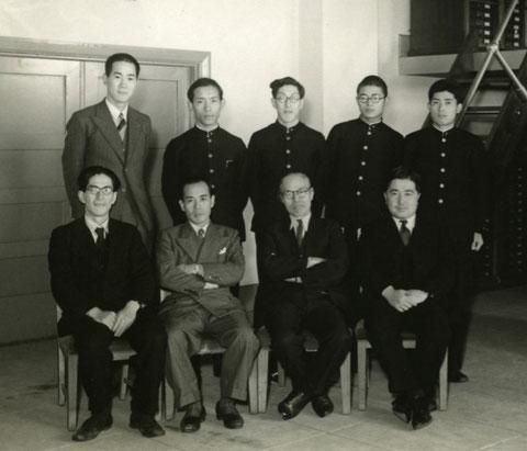 前列左より、河野広道博士、内田登一博士、松村松年博士、渡辺千尚博士(画像提供:北海道大学総合博物館)