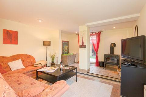 Wohnzimmer mit Kamin und Sat TV