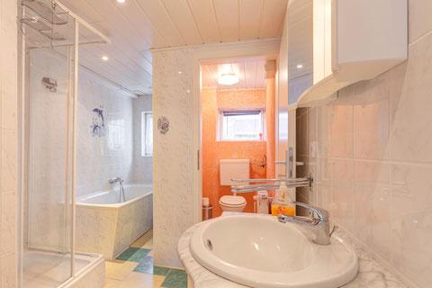 Bad unten mit Badewanne und Dusche