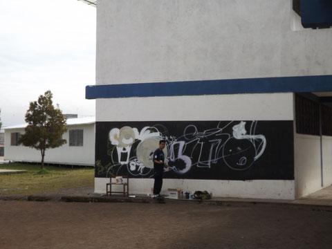 Ariel Anilema-Preparando la  pared para plasmar su grafiti.