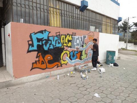 Sr. Edgar Caiza, preparando la pared para plasmar el arte y la creatividad en el Concurso de Grafiti.