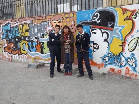 A la derecha Sr. Edgar Caiza participante del Concurso de Grafiti, su compañero de arte y creatividad  y la Dra. Diana Camino.