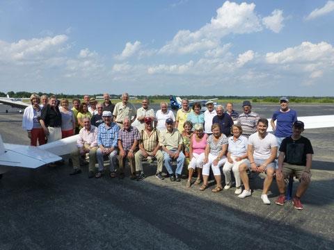 Senioren und Organisatoren des Seniorennachmittags beim gemeinsamen Fotoshooting. Bild: Lohberger