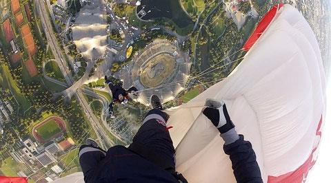 Einmalige Perspektive vom Jump in das Olympiastadion, sonst leider nicht möglich! Foto: Red Bull Skydive Team