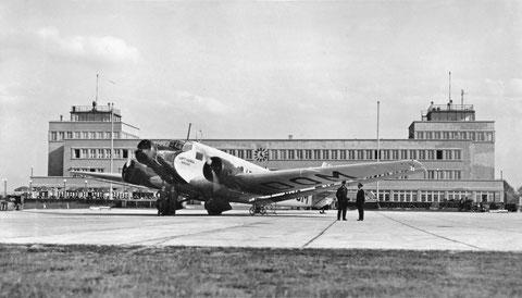 Ju 52 im Jahr 1931 vor dem neuen Abfertigungsgebäude im Bauhausstil des Flughafen München Oberwiesenfeld. Quelle Deutsches Museum