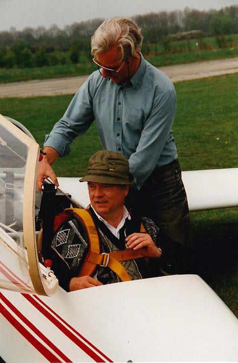 Gerd Liedkte im Cockpit vor seinem ersten Alleinflug in der ASK 13 im Jahr 1996. Foto: HJH