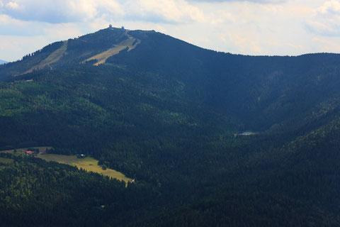 Der Eurofox klettert brav weiter zum Gipfel des Großen Arber. Markant zu erkennen mitte rechts im Bild der Kleine Arbersee. Es wäre reizvoll, aber wir halten uns an die Regeln des Naturschutzes - kein naher Überflug. Foto: PE