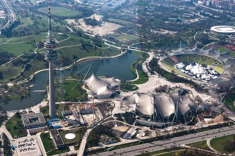 Ein Blick aus der Luft zum Fernsehturm und den wichtigsten olympischen Sportanlagen. Am unteren Bildrand der Georg-Brauchle-Ring. Foto: PE