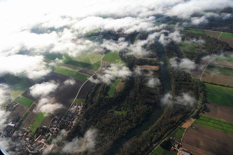 Die Isar zwischen Dingolfing und Landau im Herbstlicht. Foto: PE