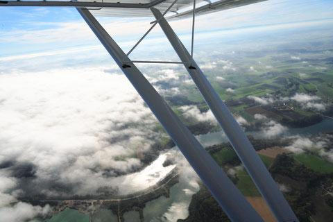 Blick auf den niederen Stratus über der Isar zwischen Landau und Deggendorf. Fluggeschwindigkeit 80 km/h in absolut ruhiger Luft. Foto: PE