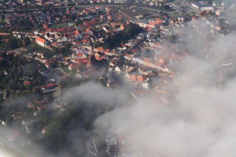 Der historische Stadtkern von Dingolfing erwacht aus dem Nebel. Foto: PE