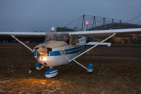Stilecht, der Nikolaus fliegt ein mit der Cessna 172 des Red Baron Flying Club. Foto: PE