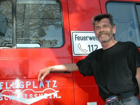 Hannes Graf nach Arbeiten am Flugplatz Feuerwehrfahrzeug. Foto: jkob
