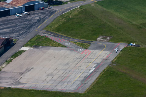 For parking please follow yellow taxi line from rwy to apron east via apron. Parking positions between red line and meadow on the right at pic. picture: PE
