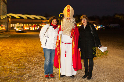 Der heilige Nikolaus, perfekt umsorgt von der Crew des Red Baron Flying Club, Sabine und Ute. Foto: PE
