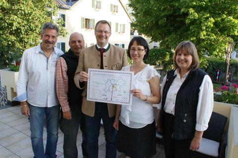 Team des Tourismus Schleißheim e.V. Der 1. Bürgermeister Ch. Kuchlbauer (mitte) bei der Ziehung der Gewinner. Foto: Tourismus Schleißheim e.V.
