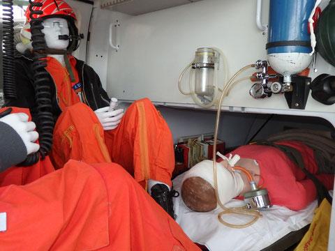Im Bild rechts verletzte Person auf der Trage, stets in Sicht- und Griffweite von Notarzt und Rettungssanitäter. Foto: jkob