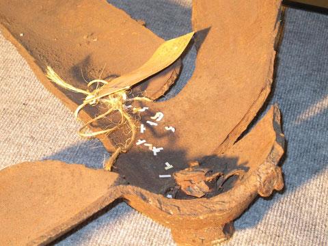 Schaut heute harmlos aus, tatsächlich die Reste einer 500-kg Brandbombe, die einst auf dem Flugplatzgelände gefunden wurde. Foto: jkob