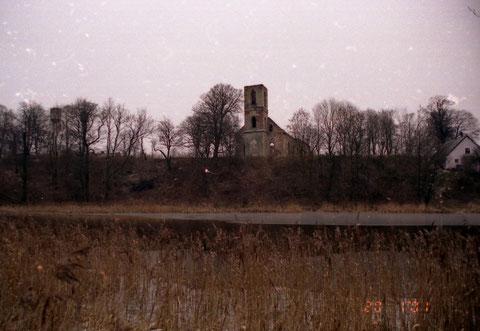 дом справа построен в замковом рву Рудау фото 2001 г