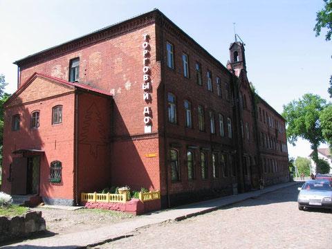 на месте древнего госпиталя Св. Георга  стояло построенное немцами в 19 веке новое здание в котором сейчас торговый центр