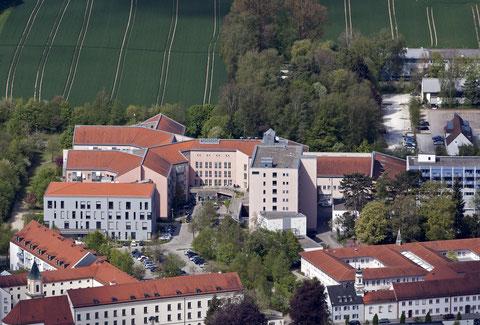 Das neue medizinische Versorgungszentrum (MVZ) der Kliniken St. Elisabeth, links vor dem Hauptgebäude    ©Luftbildfotografie Neuburg