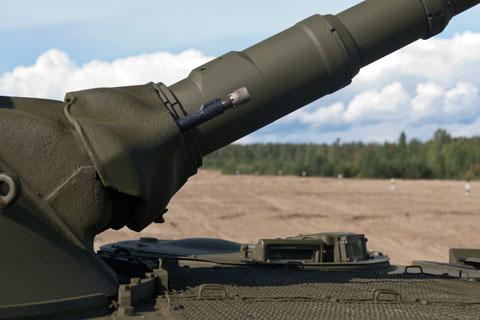 73 mm Glattrohrkanone 2A38 Chrom und Panzer-MG PKT 7,62x54R, hier mit Platzpatronendüse