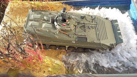 Vom Material her habe ich Orginalsand aus der Lausitz verwendet und die Wellen, die der BMP vor sich herschiebt, sind aus dem Baumarkt.