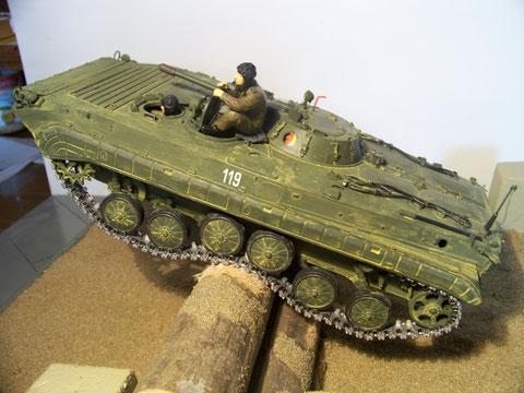 BMP-1 SP2 fährt über eine Baumsperre. War eine Übung bei uns an der Uffz.-Schule in Weißkeisel