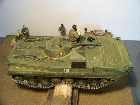 Balanceakt eines BMP-1 auf der Baumsperre.Wohin kippt er denn nun...