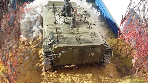 Übrigens: Die Bahnverladekeile hatten bei der Wasserfahrt ihren Platz im (!) BMP. War gleich mit Ballast.