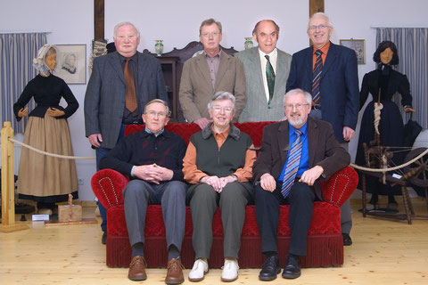 Stehend von links nach rechts: Gerrit Jan Koopsingraven, Hans Wigger (Schatzmeister), Heinrich Krage (stellvertretender Vorsitzender), Albert Arends.  Sitzend von links nach rechts: Jan Wilde (Schriftführer), Hanni Nyboer, Albert Rötterink (Vorsitzender).