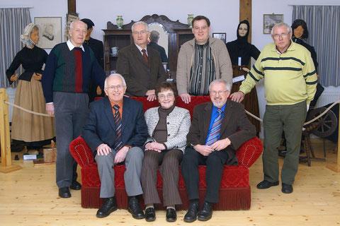 Stehend von links nach rechts: Albert-Jan Gielians, Albert Wiggerink (Schatzmeister), Jan Geerds (Schriftführer), Jan Eek aus Ringe.  Sitzend von links nach rechts: Albert Arends (stellv. Vorsitzende), Everdina Stegink, Albert Rötterink (Vorsitzender)