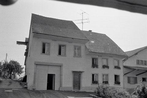 Das Bauernhaus der Familie Emil Brogle wurde – zusammen mit dem rechts daneben stehenden Lagerhaus der Landwirschaftlichen Genossenschaft – am 24. August 1976 ein Raub der Flammen.