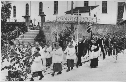 Herrgottstag 1947: Ministranten, Kirchenpflege mit Baldachim, Siegrist, Pfarrer mit Monstranz (Foto: Kolb, Basel)