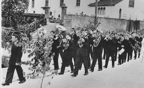 Herrgottstag 1947: An der Spitze ging die Musikgesellschaft; Dirigent: Karl Liechti (Foto: Kolb, Basel)
