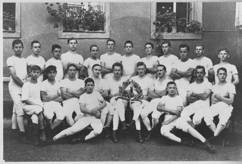 Stolz präsentieren die Wittnauer Turner ihren in Genf gewonnenen Kranz (Foto: Ochs-Walde, Basel, 1925)