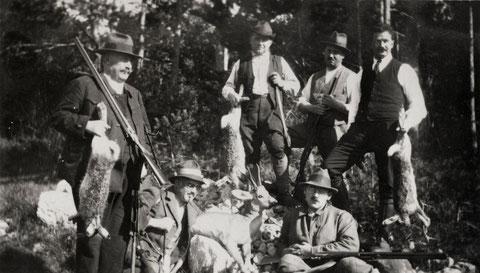 Die Beute heute: ein Rehbock und drei Hasen. Die Pächter des Jagdreviers Wittnau-Ost um 1916